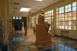 La ville de Cherchell est l'ancienne Césarée romaine, elle a conservé moins de vestiges archéologiques que Tipaza mais possède un musée de sculptures antiques exceptionnelles. Des traces d'une colonie punique du Vème siècle av. J.C. ont été retrouvées à Cherchell. La ville est devenue importante au 1er siècle après J.C. sous le règne de Juba II, roi de Maurétanie. Juba II épousa Cléopatre Séléné, la fille de Cléopatre et de Marc Antoine. Au centre de la ville, la place des martyrs est construite à l'endroit de l'ancien forum romain. Le musée d'archéologie donne sur cette place.