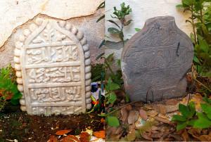 Illustration 1. A gauche, épitaphe de Fatma bent Hassan Bey. A droite épitaphe non déchiffré. Cimetière de la mosquée Sidi Ben Ali, Casbah Alger. Photo Kenzi Belaboid 2018