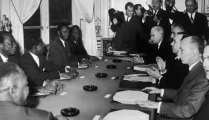 Négociations du 18 janvier 1960 pour l'indépendance du Mali - M. Keita, L. Sedar Senghor, M. Dia, M. Keita, R. Janot, R. Lecourt, M. Debré, L. Joxe. © Keystone-France : Getty Images